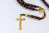 Slika Drvena krunica sa zlatnim križem i Gospinim raskrižjem